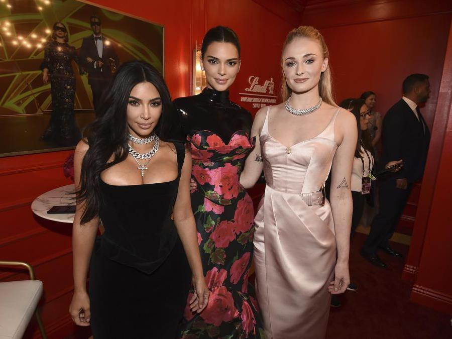 Da sinistra, Kim Kardashian  Kendall Jenner e Sophie Turner. (Photo by Dan Steinberg/Invision for the Television Academy/AP Images)