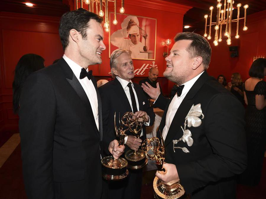 Bill Hader, Michael Douglas e James Corden.  (Photo by Dan Steinberg/Invision for the Television Academy/AP Images)