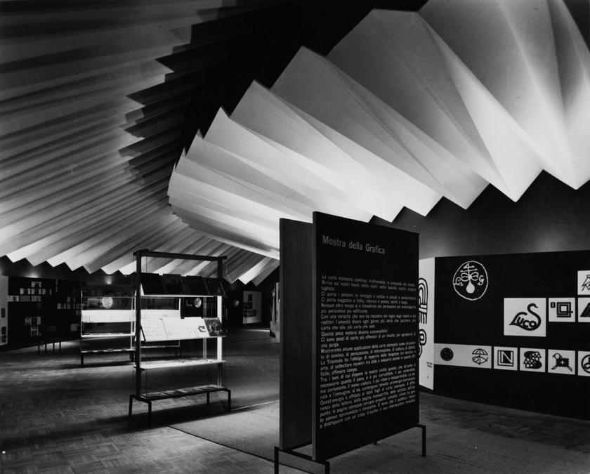 Franco Grignani, Allestimento del Padiglione della grafica alla Triennale di Milano, 1957, fotografia dell'epoca (© Matteo Zarbo)