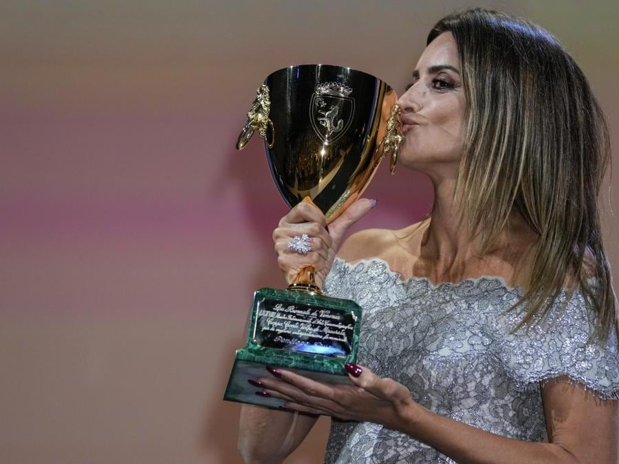 Penelope Cruz con la  Coppa Volpi come miglior attrice per il film «Madres paralelas» di Pedro Almodóvar. (AP Photo/Domenico Stinellis)