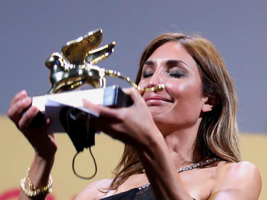 La regista  Audrey Diwan riceve il Leone d'oro per il miglior film «L'événement». (Reuters/Yara Nardi)