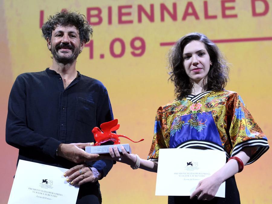 Monica Stan e George Chiper ricevono il premio  di miglior opera prima per  «Imaculat»,  presentato all'interno delle Giornate degli Autori. (Ansa / Claudio Onorati)