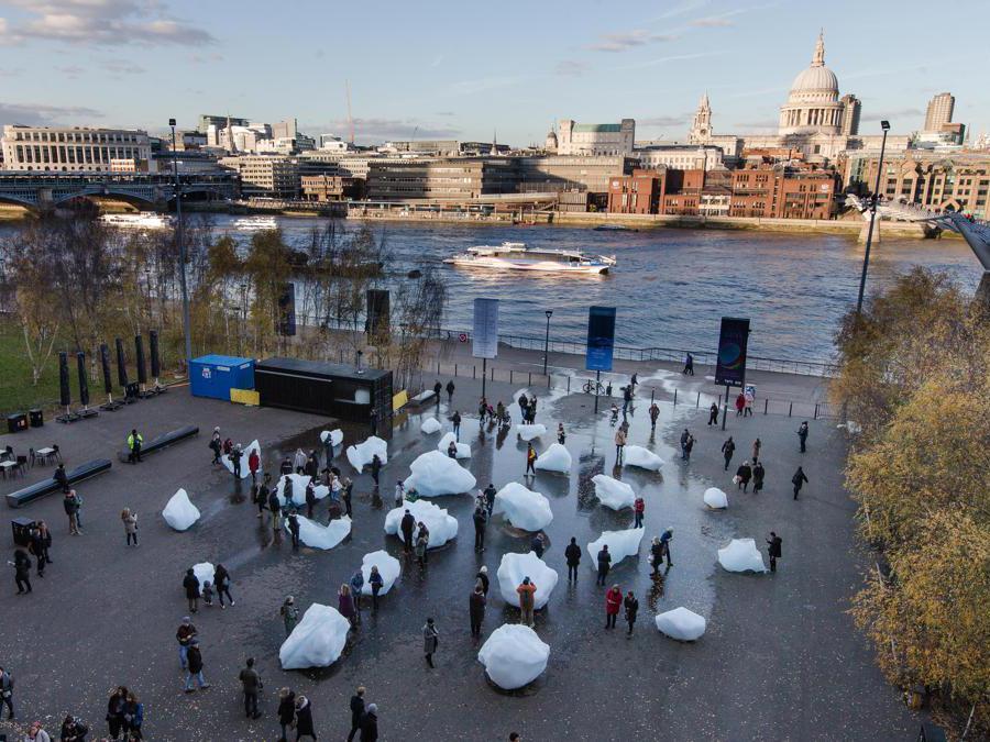 Olafur Eliasson e Minik Rosing «Ice Watch» - Blocchi di ghiaccio. Dimensione variabile.  Installazione presso Bankside al di fuori della  Tate Modern, 2018. (Photo: Charlie Forgham Bailey)  2018 Olafur Eliasson e  Minik Rosing