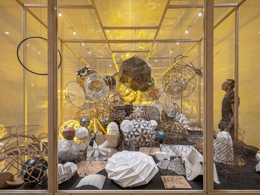 Olafur Eliasson in collaborazione con Einar Thorsteinn - «Model room» 2003.Tavolo in legno con gambe in acciaio, modelli misti. Dimensione variabile. Installazione presso la «Tate Modern, Londra» (Photo: Anders Sune Berg - Moderna Museet, Stoccolma.  2003 Olafur Eliasson