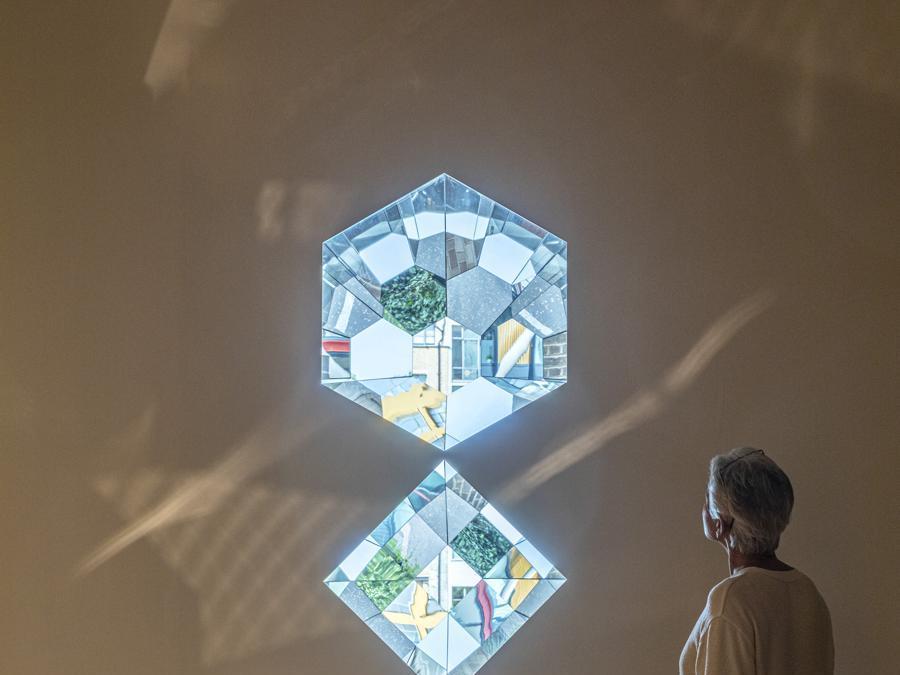 Olafur Eliasson «Your planetary window» 2019. Specchi, alluminio e acciaio . Installazione presso la «Tate Modern, Londra» (Photo: Anders Sune Berg)   2019 Olafur Eliasson