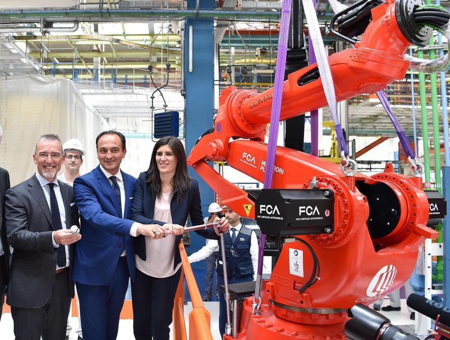 Da destra Chiara Appendino sindaca di Torino, Alberto Cirio presidente Regione Piemonte e Pietro Gorlier responsabile Emea FCA alla cerimonia dell'80°  anniversario delllo stabilimento Fiat Mirafiori (Ansa/ Alessandro Di Marco)