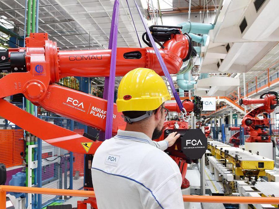 L'installazione di uno dei primi robot della nuova linea di produzione nello stabilimento di Mirafiori (Ansa/ Alessandro Di Marco)