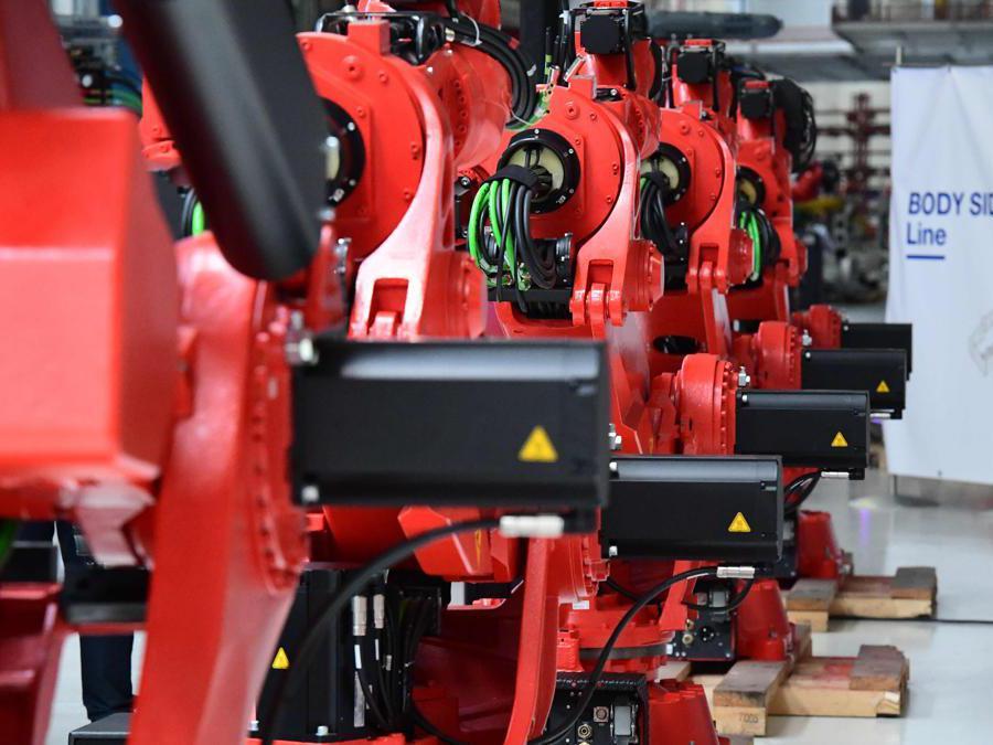 I nuovi robot prodotti da Comau per la  di montaggio della Fiat 500 BVE, il primo del suo genere in Europa (Ap/Miguel Medina)