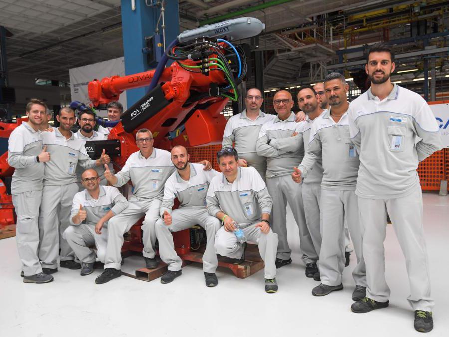 Il lavoratori all'80° anniversario dello stabilimento Fiar Mirafiori di Torino (Ap/Miguel Medina)