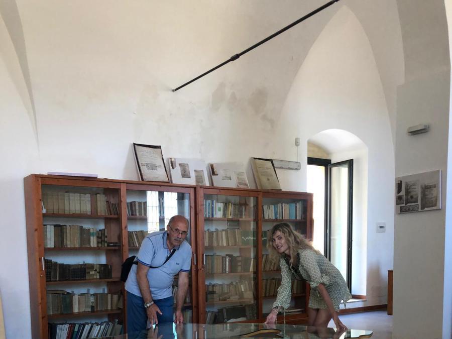 Alessia Montani davanti a «Love Difference» di Michelangelo Pistoletto