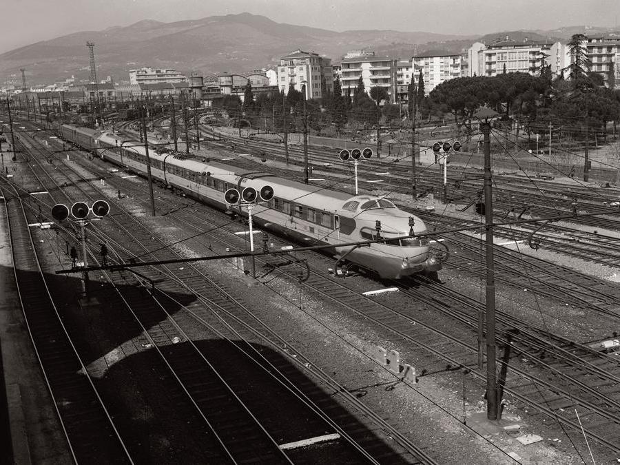 Elettrotreno ETR 250 Arlecchino in transito (1970)