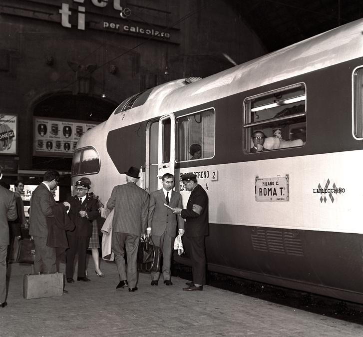 Elettrotreno ETR 250 Arlecchino nella stazione di Milano Centrale (1965)