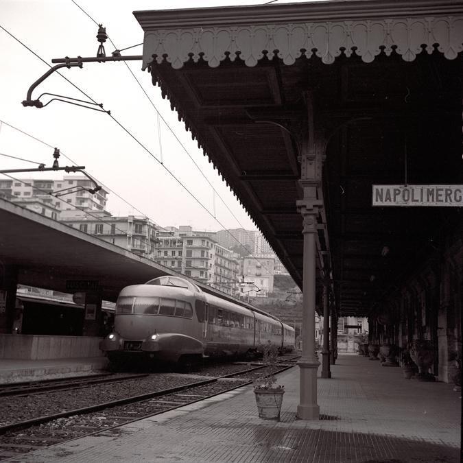 Elettrotreno ETR 250 Arlecchino nella stazione di Napoli Mergellina (1962)