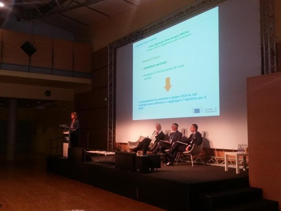 Claudia Canevari  vicedirettore dell'Unità per l'Efficienza Energetica presso la Direzione Generale Energia della Commissione Europea, illustra dal palco dell'Energy Summit  gli obiettivi europei su energia e clima