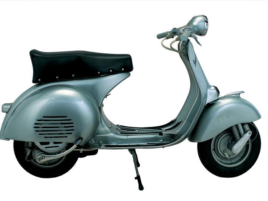 Vespa 150 GS (1955) - Per gli esperti è il modello più apprezzato, imitato e ricordato. Per la prima volta appaiono il motore 150 cc, il cambio a 4 marce e la sella lunga di serie. Velocità massima: 100 Km/h