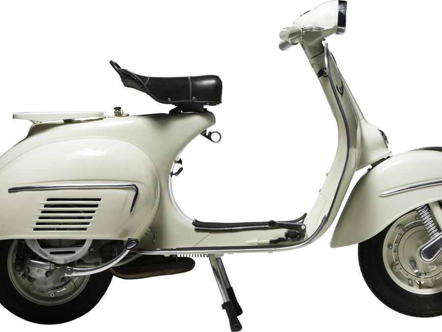 Vespa 150 GL (1963) - Considerata una tra le più belle Vespa mai realizzate dagli stilisti Piaggio. Nuovo il manubrio, il faro trapezoidale, il parafango anteriore ed i cofani posteriori snelliti