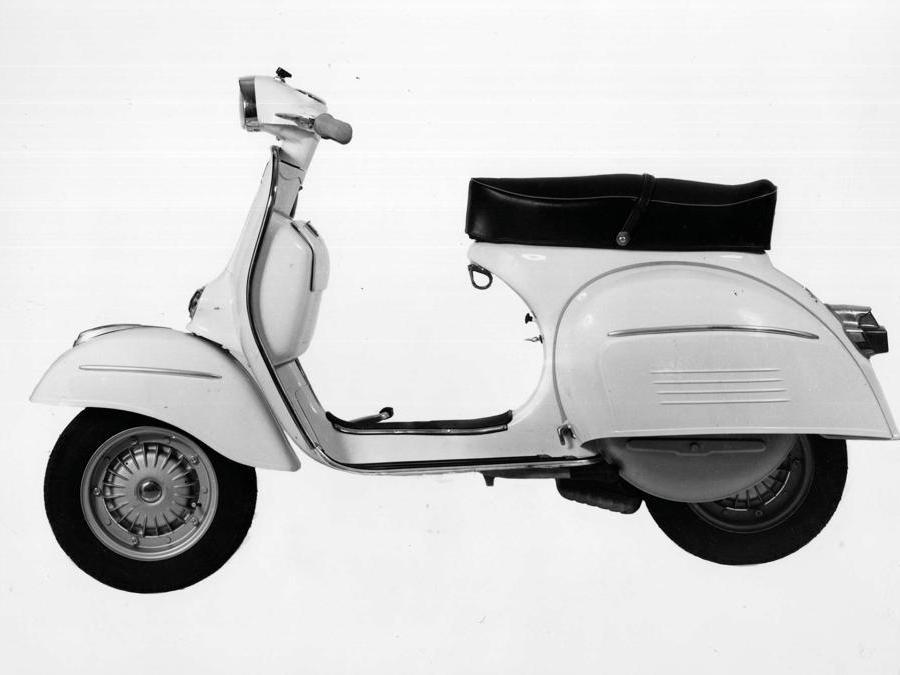 Vespa 180 SS (1965) - Nuovo traguardo nella crescita della cilindrata (181,14 cc): con 10 CV di potenza in più consente di arrivare a 105 Km/h. Piaggio modifica lo scudo anteriore, rendendolo più aerodinamico