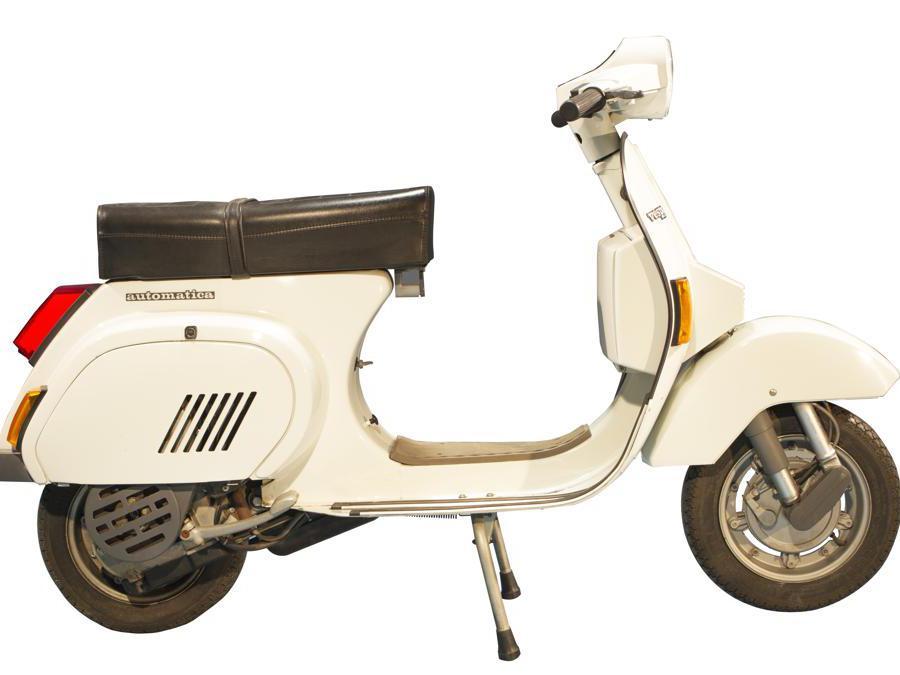 Vespa PK 125 Automatica (1984) - Introduce il cambio automatico, forse la modifica più radicale, almeno dal punto di vista dell'utente, dal 1946. Assente il freno a pedale, sostituito dalla leva sinistra sul manubrio (ex frizione)