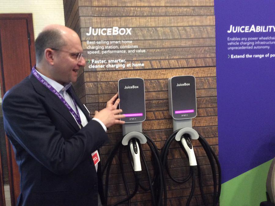 Il responsabile e-mobilità di Enel X, Alberto Piglia, presenta la nuova JuiceBox