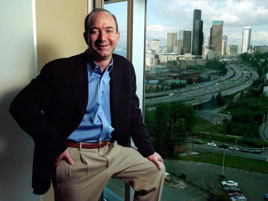 2001 - Jeff Bezos, negli uffici di Seattle. (AP Photo/Andy Rogers)