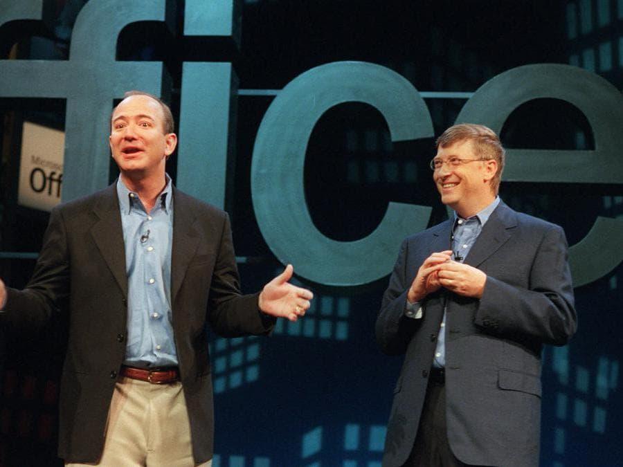 2001 - Jeff Bezos, foundatore di  Amazon con  Bill Gates fondatore di Microsoft. (AP Photo/Marty Lederhandler)