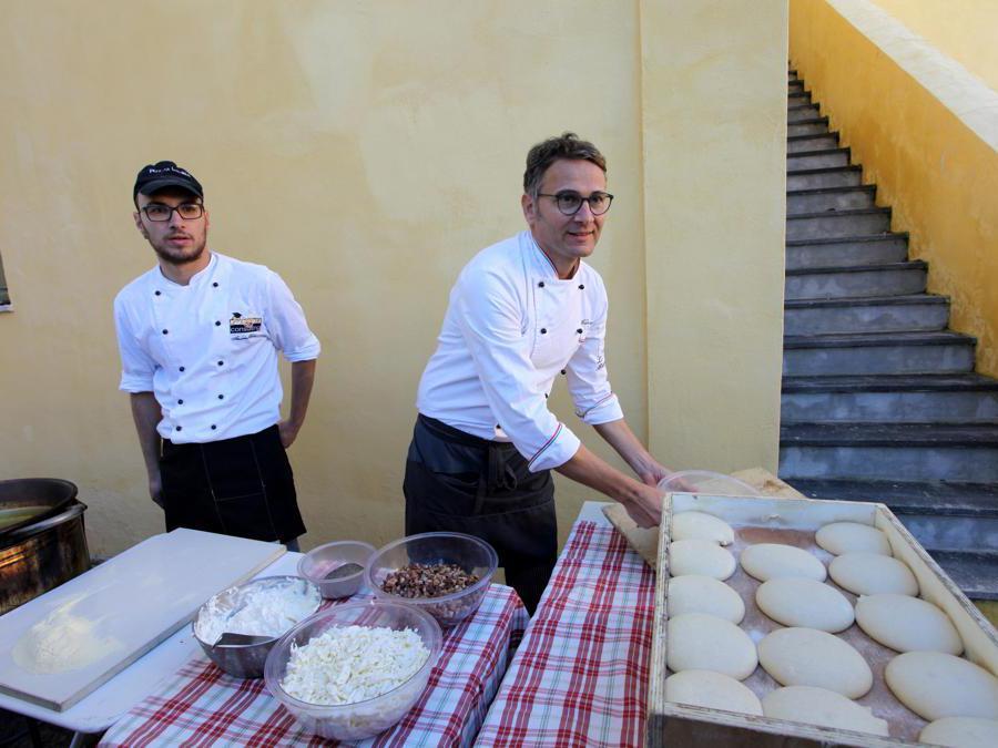 2017 - A Napoli un gruppo di pizzaioli delle più antiche pizzerie festeggia la proclamazione dell'arte del pizzaiolo come patrimonio dell'Unesco. (AGF)