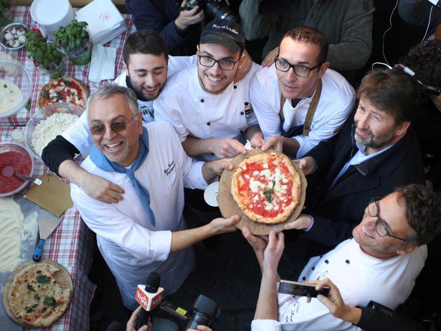 Il ministro Dario Franceschini con un gruppo di pizzaioli delle più antiche pizzerie di Napoli. (AGF)