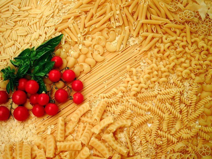 Alcuni alimenti della dieta mediterranea: pasta, basilico, pomodorini.  (Agf)