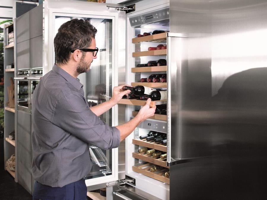 Kitchenaid, Vertigo. Cantina vino con sensore di controllo di temperatura e umidità, con condizioni ideali per l'invecchiamento delle bottiglie. La cantina verticale Vertigo da 90 cm è dotata di 3 zone di temperatura: un vano cantina (+ 10° C + 18° C), un vano wine cellar (+4°C + 12° C) e un cassetto Multitemperatura utilizzabile come vano freezer, vano frigo, congelatore o scomparto Dynamic 0° che, grazie a uno speciale sistema di raffreddamento e a sensori di temperatura, offre le condizioni migliori per conservare formaggi e carne e verdure a foglia. Porta di vetro a tre strati che funge da barriera contro i raggi UV e le repentine variazioni della temperatura