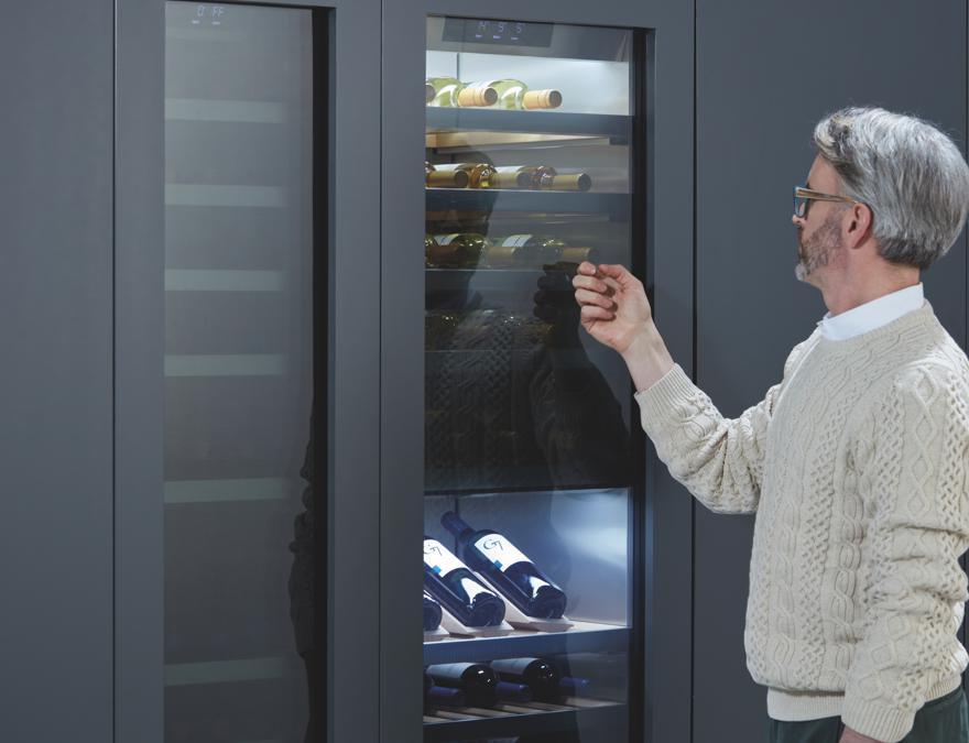 Signature Kitchen Suite, French Door. Modello flessibile e capiente. Ogni zona è regolabile separatamente, per avere una conservazione perfetta per ogni necessità. È dotato di dispenser acqua integrato e di cassetto centrale, che può cambiare funzione a seconda del bisogno