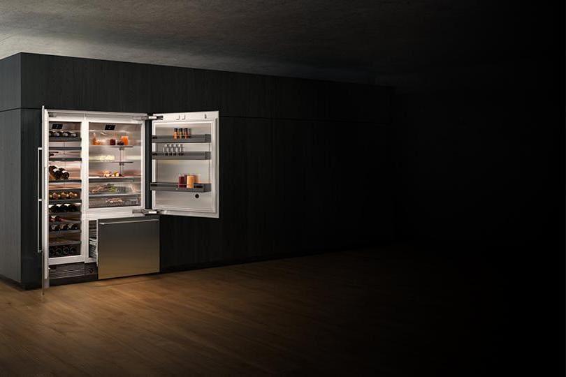 Gaggenau, Vario Cooling 400. Il sistema di controllo elettronico di questa cantina climatizzata (qui nella versione da incasso) permette di gestire fino a tre zone climatiche in modo indipendente e garantisce temperature costanti da 5 °C a 20 °C nonché il controllo dell'umidità. I vassoi sono in quercia e il sistema di illuminazione e le porte in vetro permettono un'ottima visibilità del contenuto