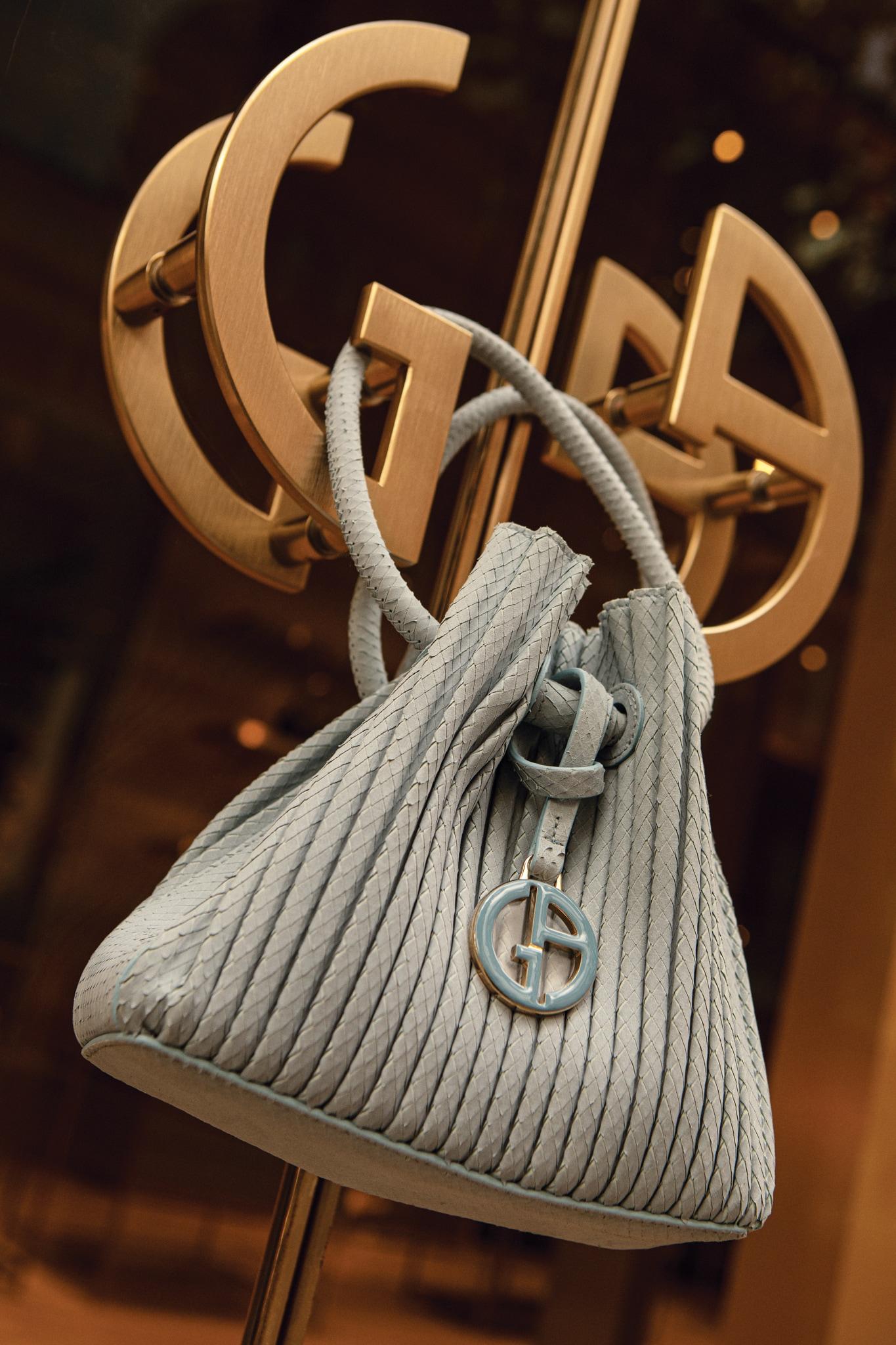 Borsa a sacchetto in pelle e camoscio, GIORGIO ARMANI (1.550 €).