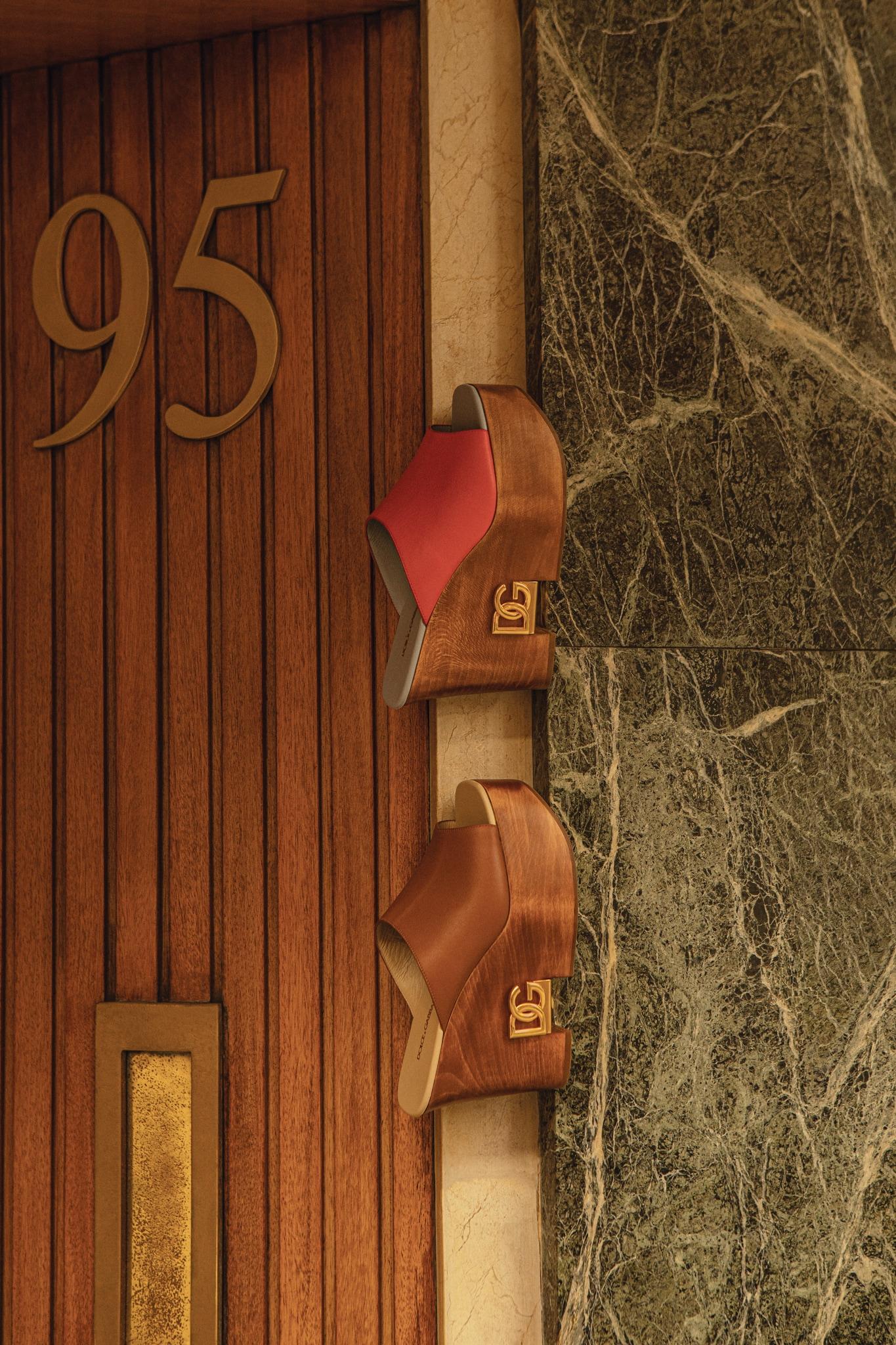 Zoccoli in legno e pelle, DOLCE & GABBANA(650 €).