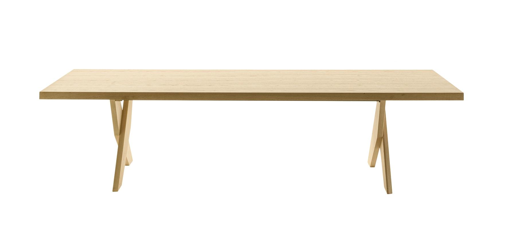 Tavolo Ares, design Antonio Citterio, con struttura in massello e solide gambe in legno disposte a X, MAXALTO (tre lunghezze da 300 a 450 cm, 6.458 € +Iva).