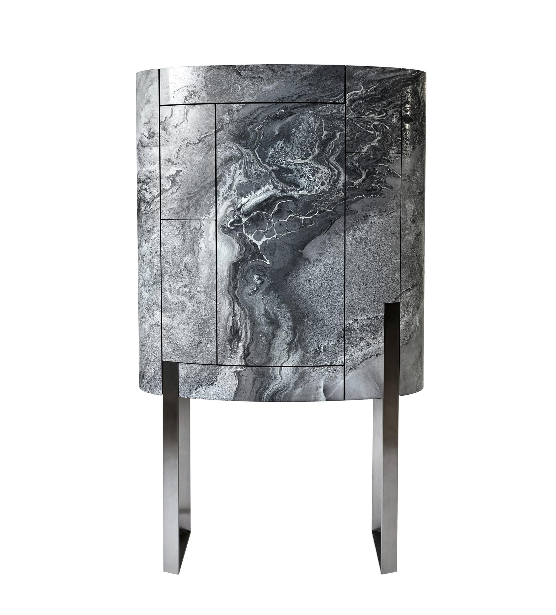 Mobile bar Bourbon di forma ellittica, in legno rivestito con lamina di metallo stampata marmo, VISIONNAIRE (prezzo su richiesta).