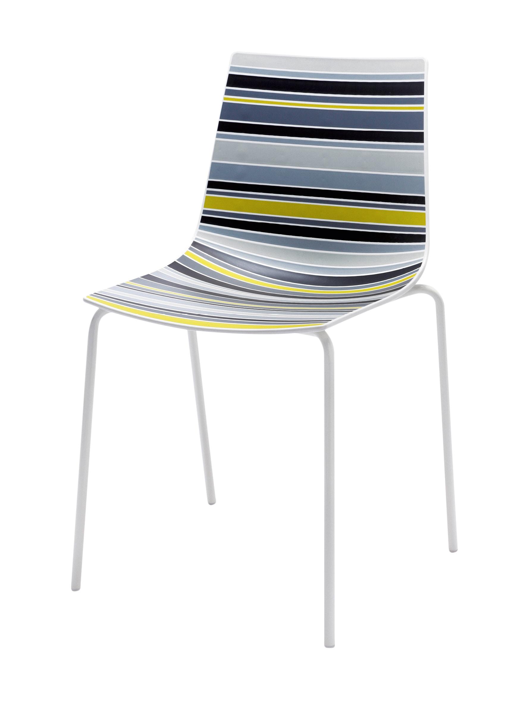 Al centro, sedia Stripe con struttura in metallo cromato e scocca in tecnopolimero rigato, VENETA CUCINE (a partire 280 €).