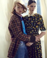 Per lui, giacca a quadri con decoro in lurex (3.800 €), blouson in jersey (1.200 €), jeans eco (830 €). Tutto GUCCI. Per lei, abito in seta con ricamo e paillettes, CELINE BY HEDI SLIMANE (2.300 €)