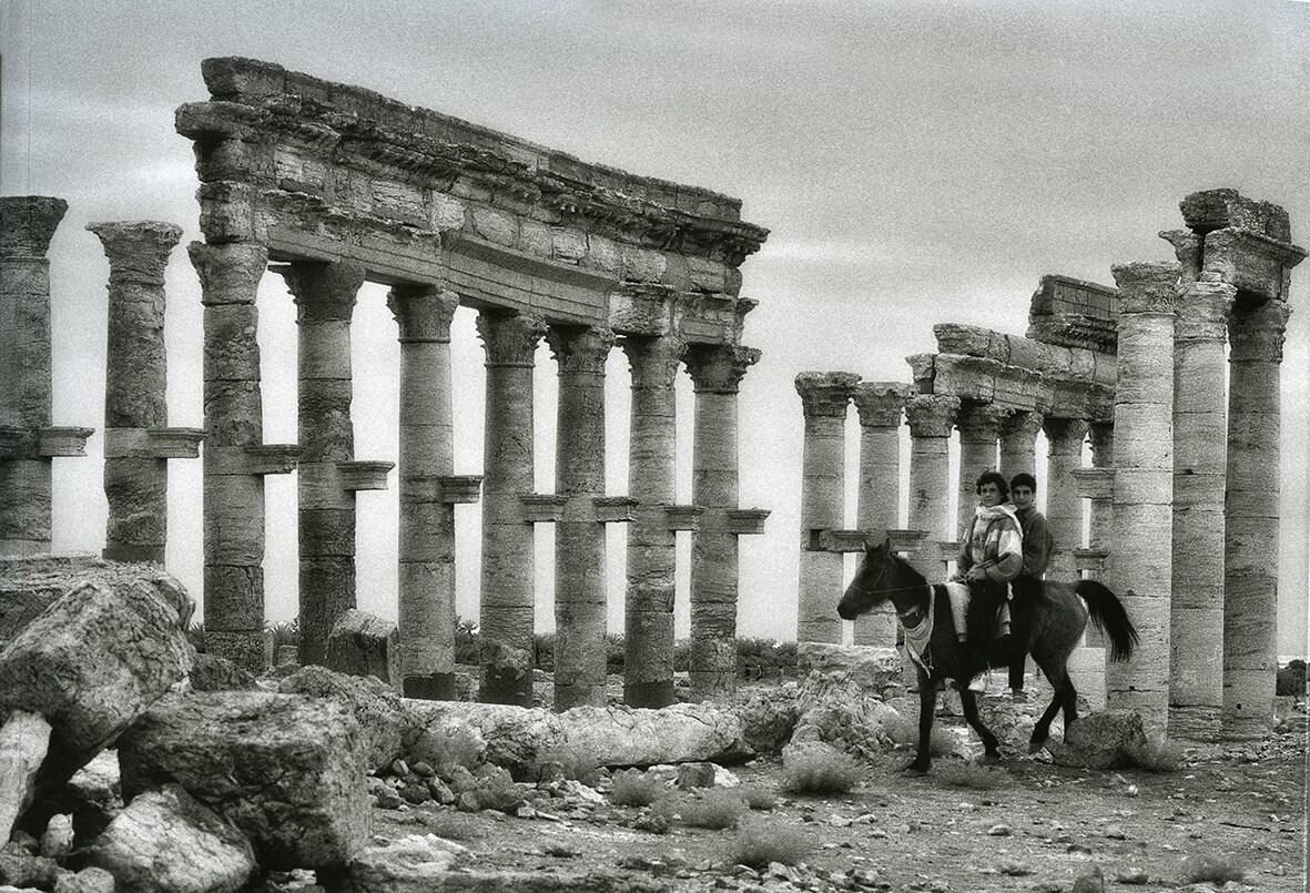 PALMIRA. UNA MEMORIA NEGATA. Palmira, Via Colonnata, cavallo e ragazzi, 29 marzo 1996. Credit Elio Ciol.