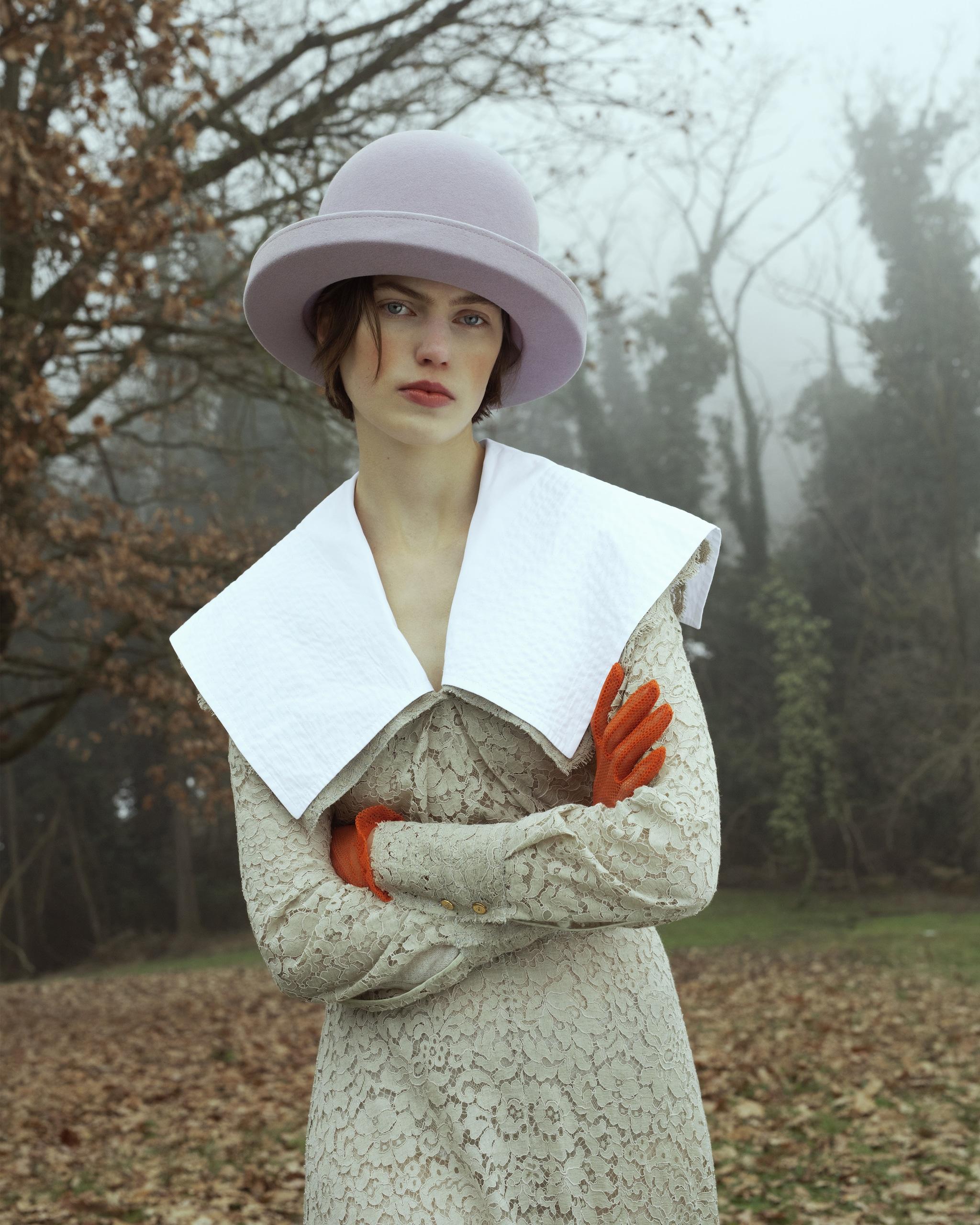 Maxi abito in pizzo con cintura e colletto bianco staccabile (1.900 €) e abito in mohair estivo (495 €), tutto PATOU. Cappello in panno di lana, NINA RICCI (790 €) e guanti in rete puntino con arricciatura al polso, ALPO (40 €).