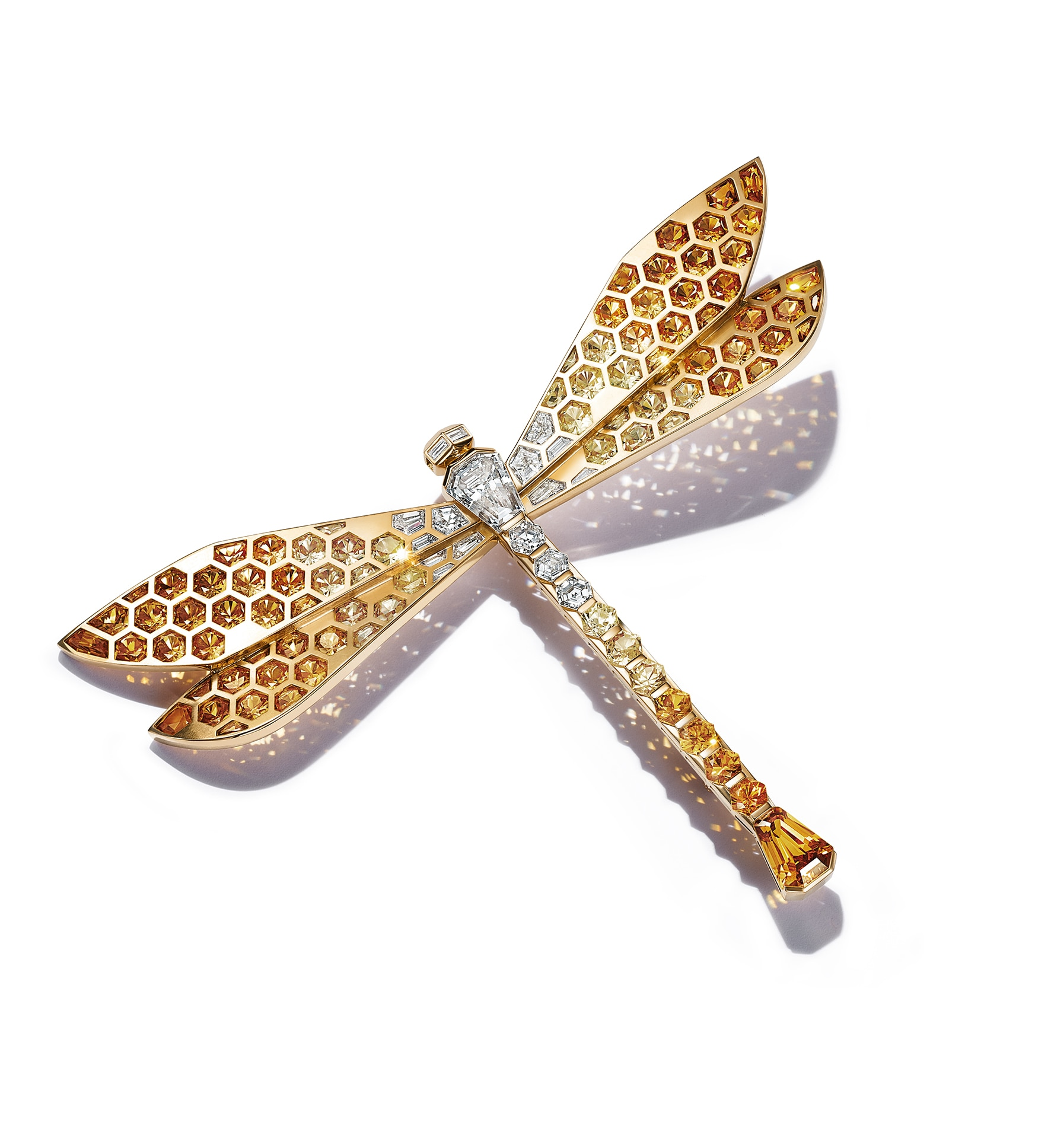 Spilla Dragonfly in oro giallo, con zaffiri multicolor (39 ct) e diamanti (oltre 5 ct), collezione Tiffany Blue Book 2021, Colors ofNature, TIFFANY & CO..