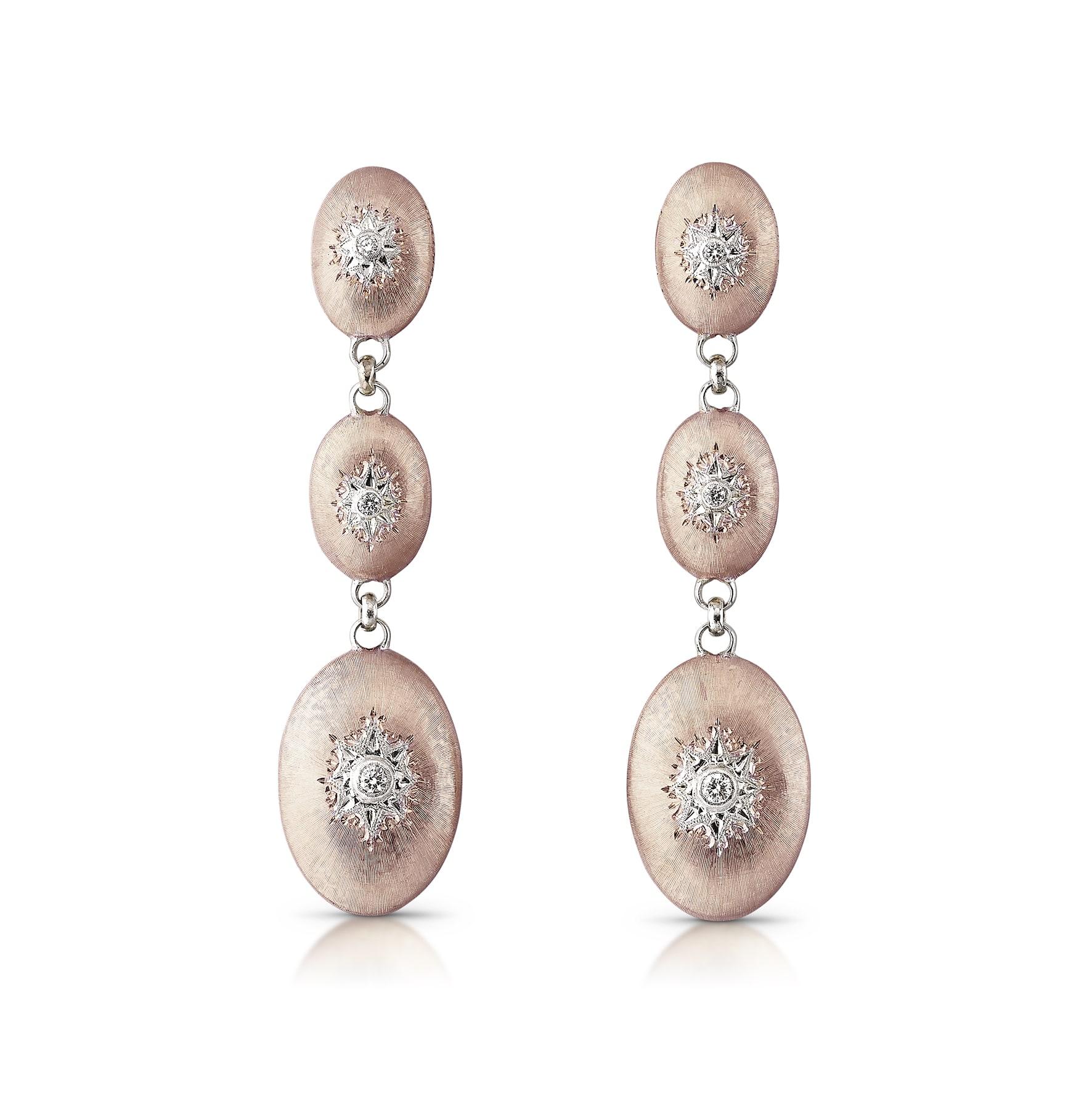 Orecchini con tre elementi ovali in oro rosa, ciascuno con diamante incastonato al centro, BUCCELLATI (7.100 €).