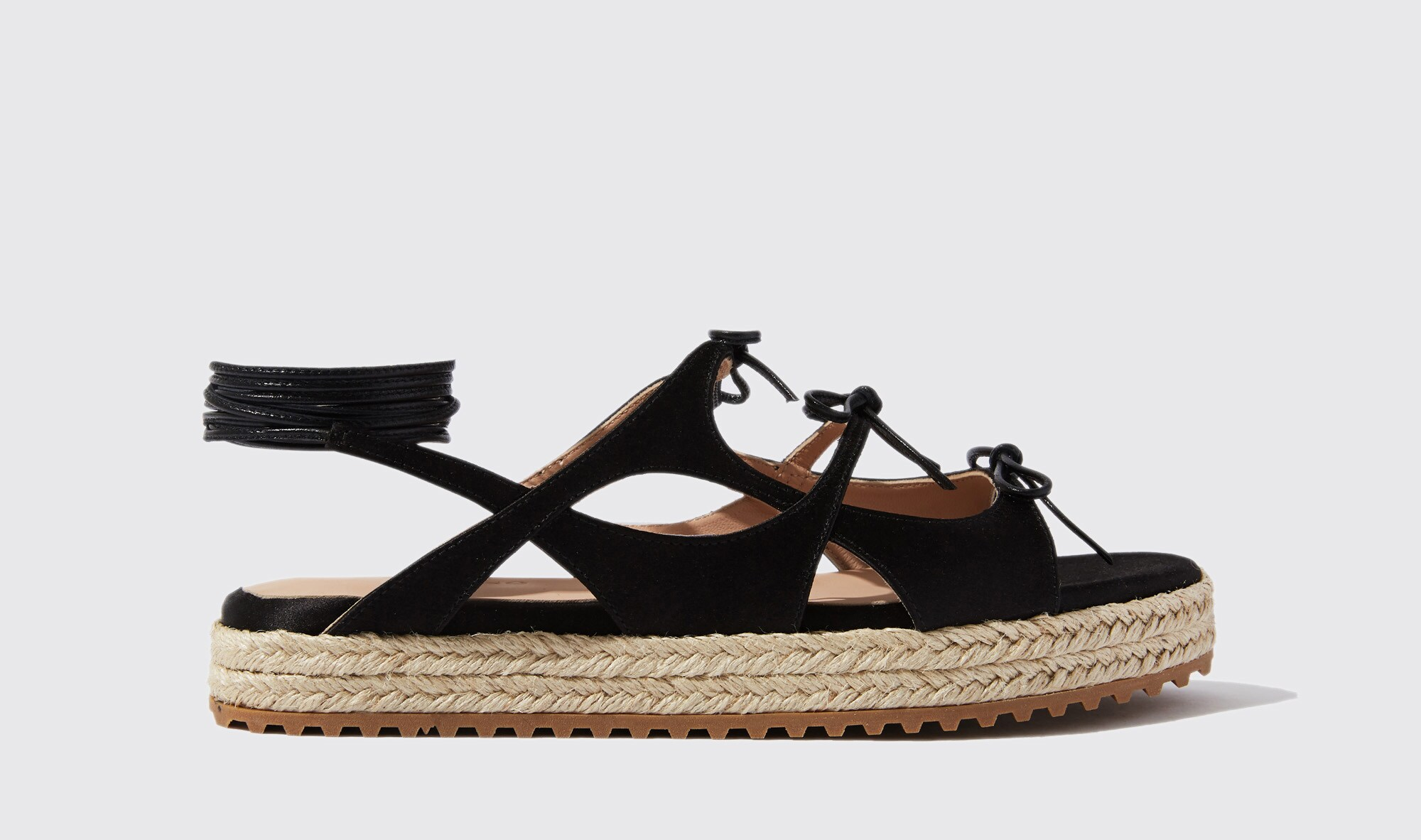 Sandalo in camoscio con fondo in corda, SCAROSSO BY PAULA CADEMARTORI (245 €).