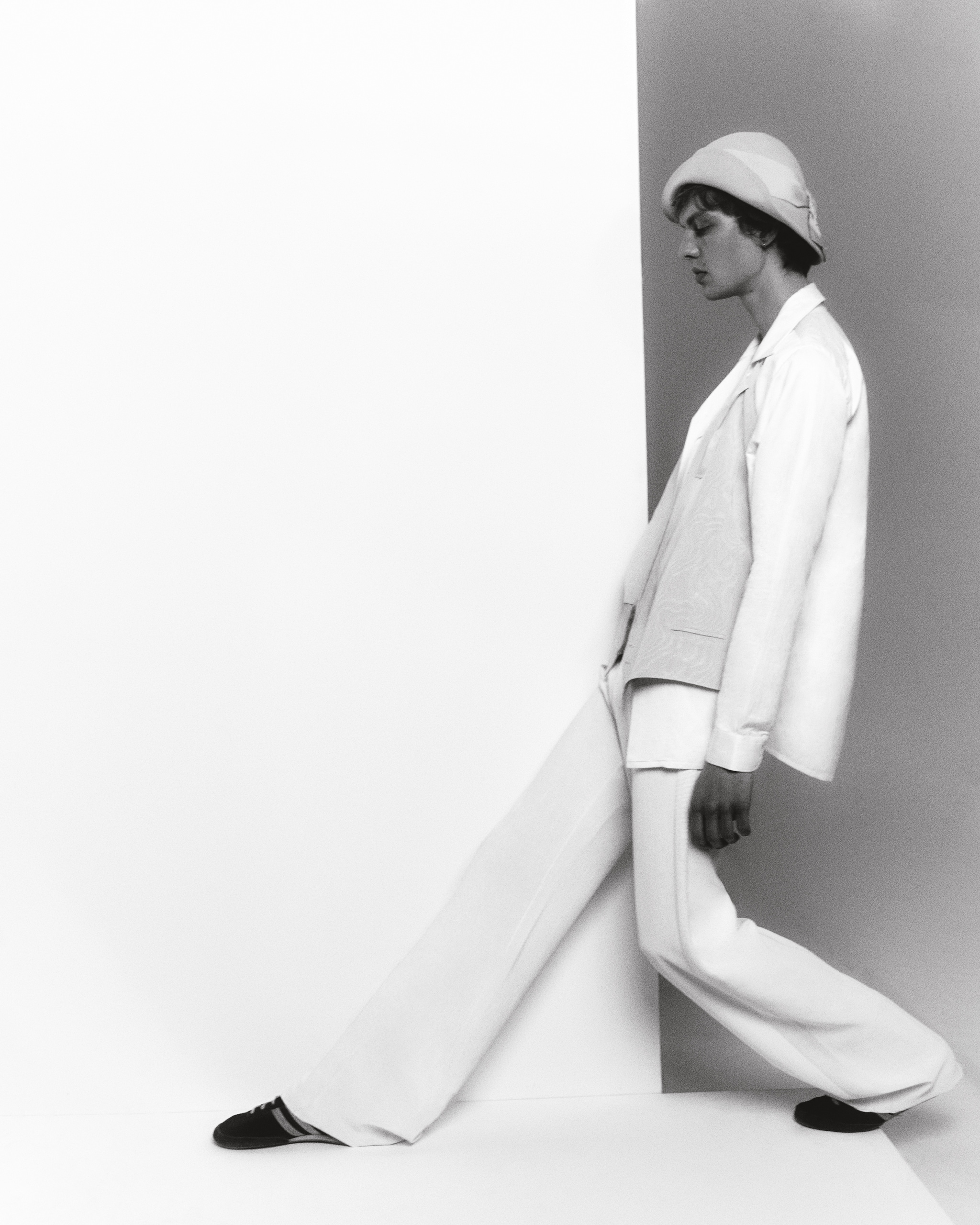 Camicia in melange di cotone, lino e seta, CANALI (350 €). Pantaloni in raso satin e fascia smoking, ALLED-MARTINEZ (1.395 €). Gilet, cappello e sneakers vintage.