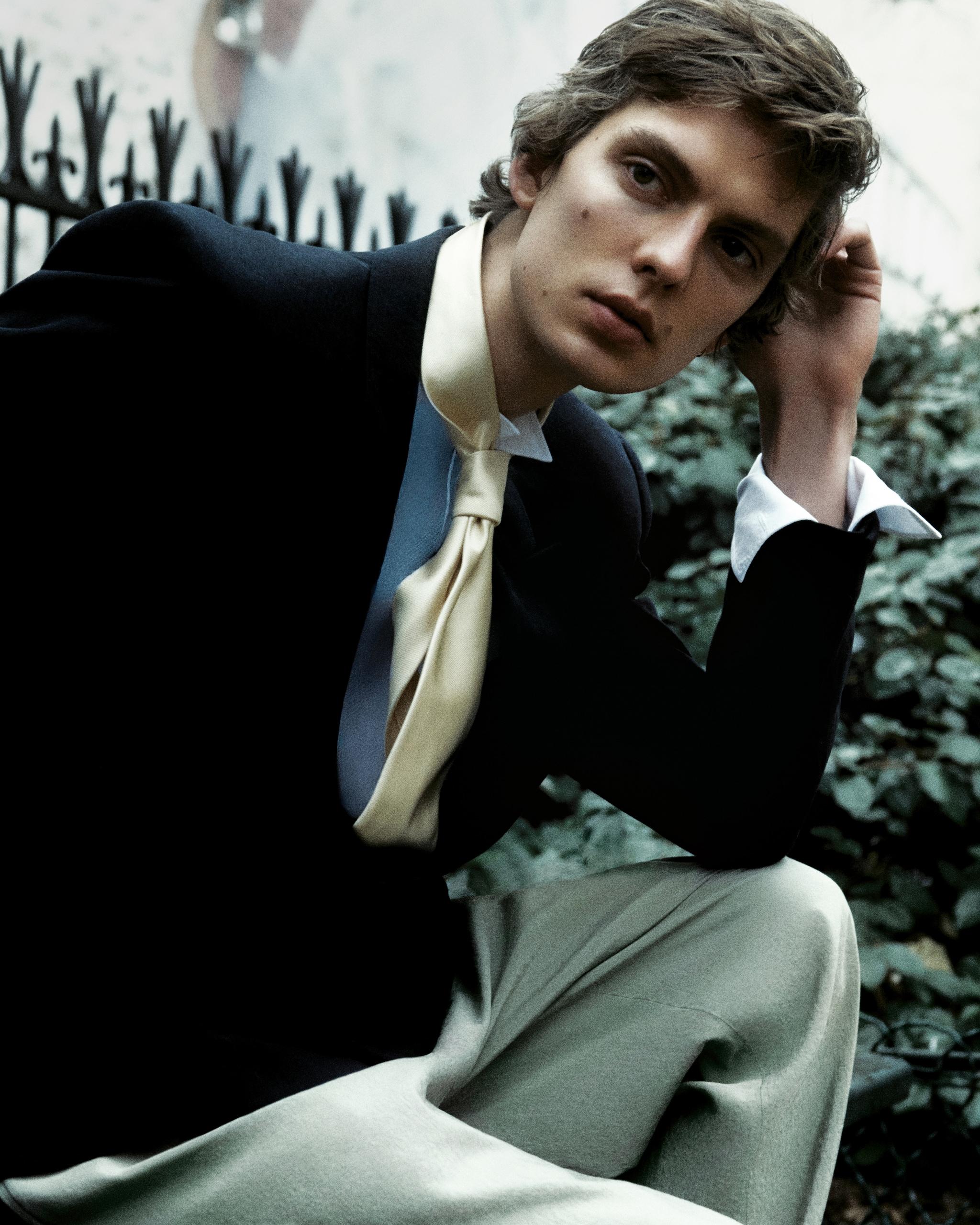 Giacca in lino, lana, seta, ERMENEGILDOZEGNA (1.850 €). Camicia da smoking, RALPHLAUREN (450 €). Pantaloni in tela di lana stretch, EMPORIO ARMANI (430 €). Cravatta in seta, CHARVET (210 €).