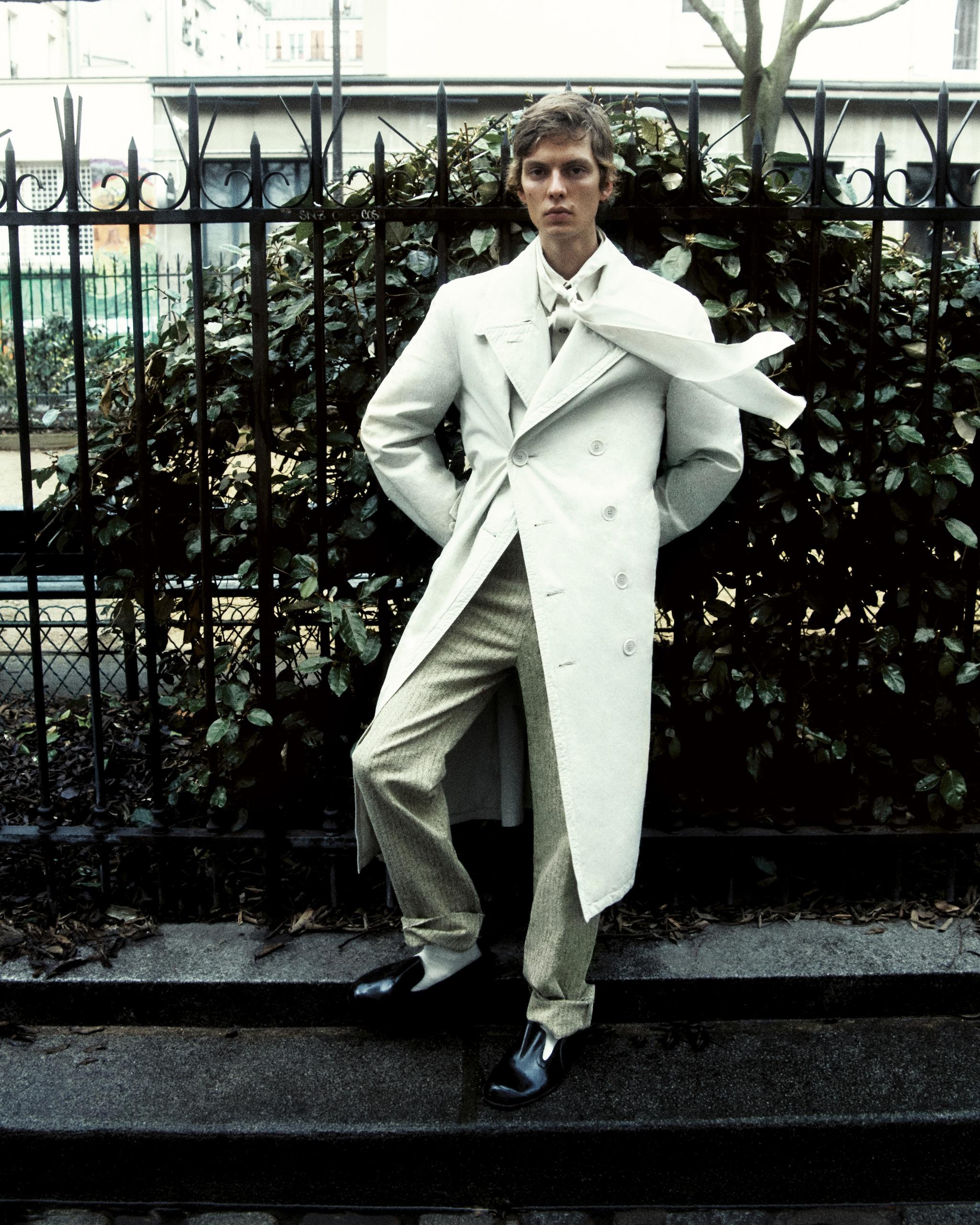 Trench in cotone, LEMAIRE (720 £). Camicia in twill di cotone (850 €) e pantaloni in cotone e poliammide (750 €). Tutto BOTTEGA VENETA. Sciarpa in chiffon di seta, CHARVET (200 €). Calze in lana, KERSTIN ADOLPHSON.