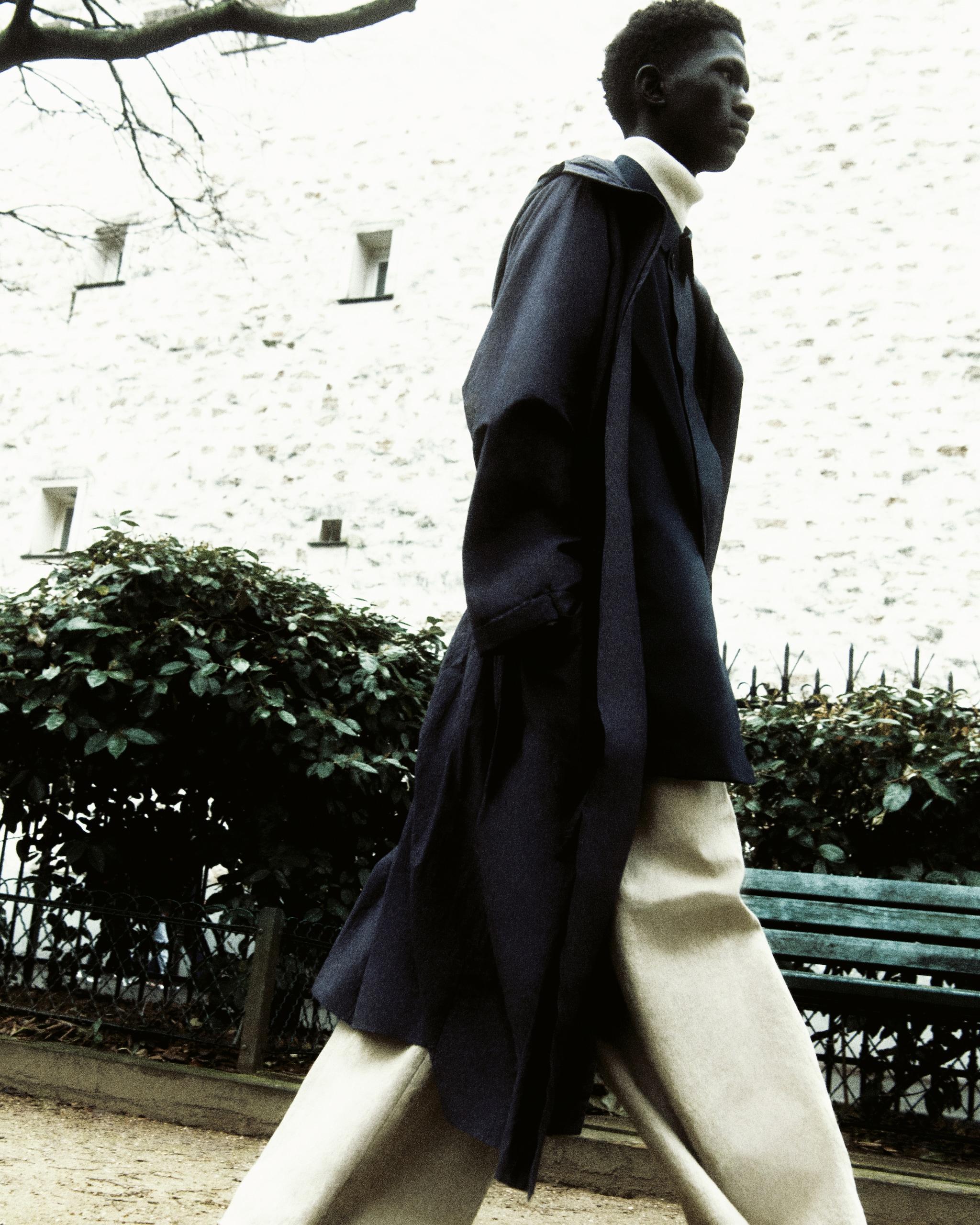 Parka a kimono in cotone, CRAIG GREEN (prezzo su richiesta). Impermeabile in tessuto tecnico bi-stretch, HERNO (650 €). Dolcevita in lana merino, UNIQLO (34,90 €). Pantaloni in lino, BOTTEGA VENETA (950 €).