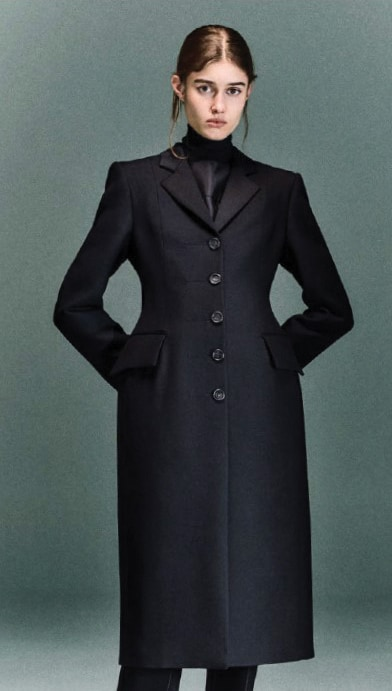 Anest Collective. Cappotto in lana monopetto, sagomato in vita.