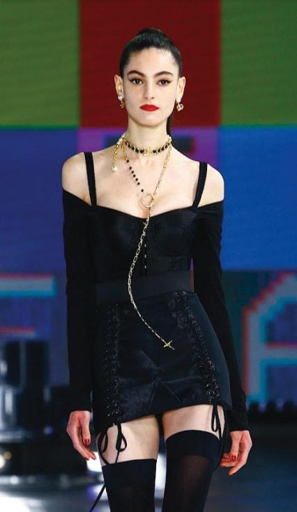 Dolce & Gabbana. Abito bustier, collana lunga a rosario con sfere in onice, chocker in ottone placcato oro e pelle, orecchini con mezza perla e logo.