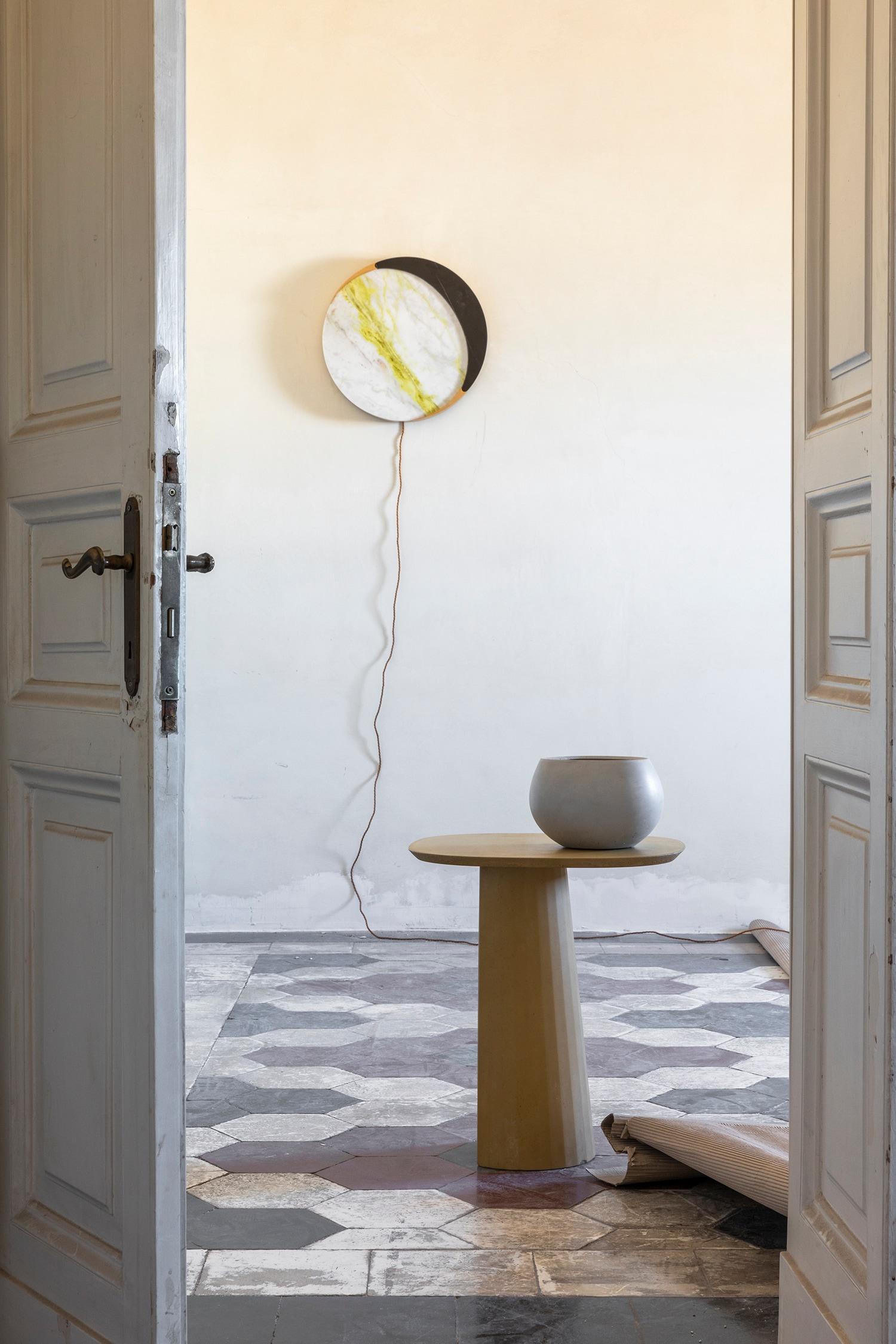 L'Apartamento, lampada a muro Lua by Ocra Studio (Isabella Garbagnati e Stefania Loschi); Forma&Cemento Fusto coffee table by Studio Irvine, Vaso Zazen by Forma&Cemento. (foto di Serena Eller)