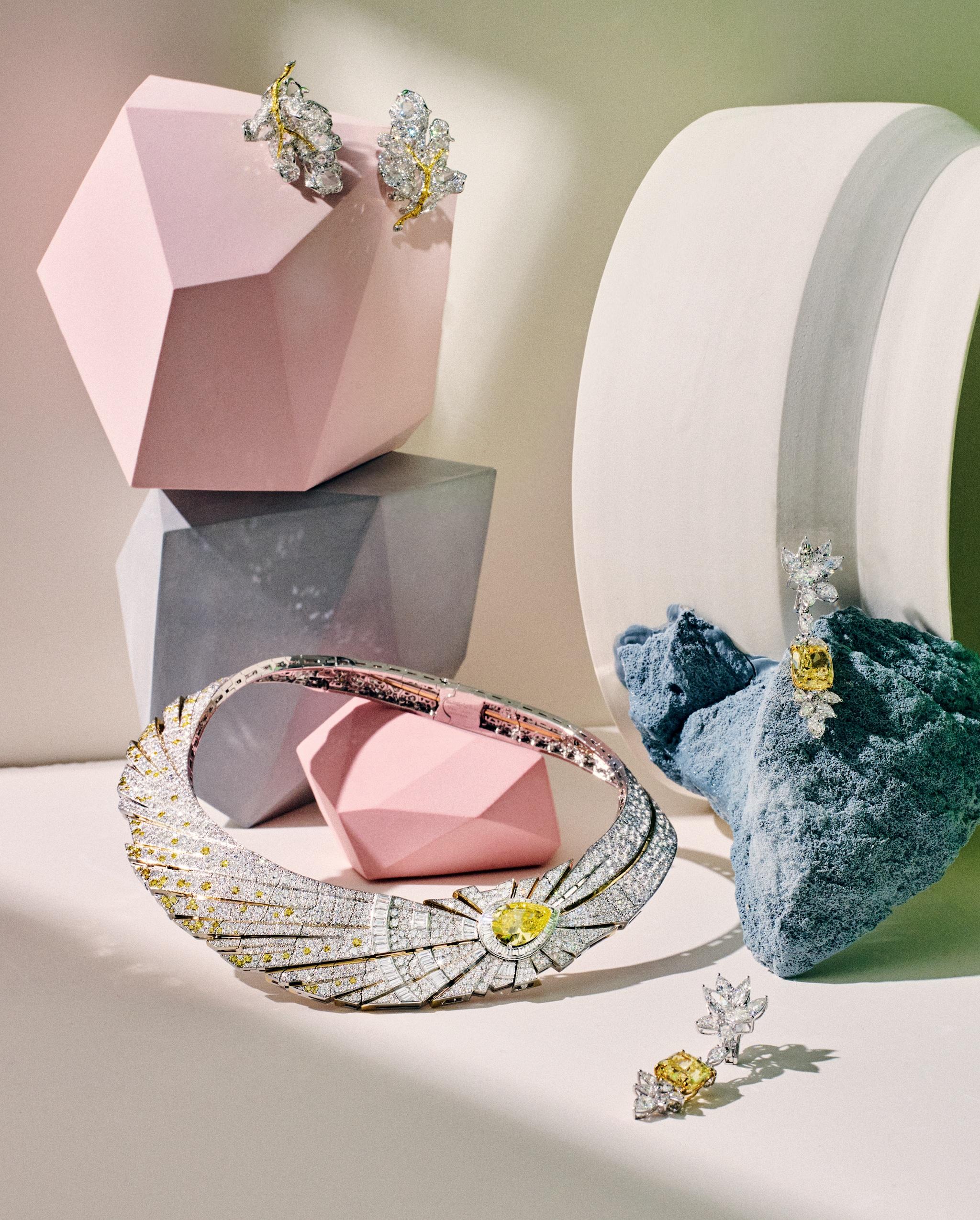 Dall'alto in senso orario. Orecchini a foliage, in oro con petali in diamanti gialli e bianchi, CINDY CHAO THE ART JEWEL. Orecchini pendenti in platino e diamanti, con diamante giallo centrale, GRAFF. Collier in oro bianco trasformabile, il diamante giallo a goccia è parte di un anello, collezione Sous Les Étoiles, VAN CLEEF & ARPELS.